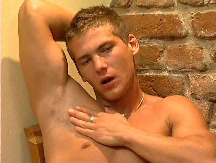 Sexy muscled stud unzipps his pants and wanks his locate on preside